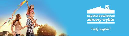 Zdjęcie promujące Porgram Czyste Powietrze, na zdjęciu są uśmiechnięci ludzie, kobieta, mężczyzna i mała dziewczynka.